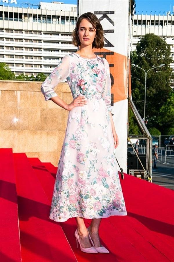 Платье Ольги Зуевой было украшено цветочным принтом