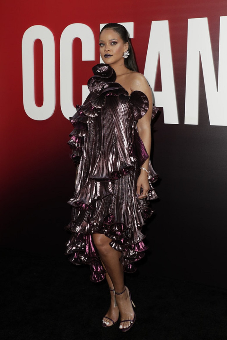 Рианна пришла в эксклюзивном ассиметричном платье