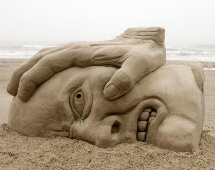У скульпторов много сюжетов для создания песочных фигур