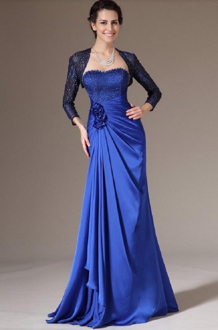 Очень красиво смотрится такое платье в  синем цвете, который сегодня в моде