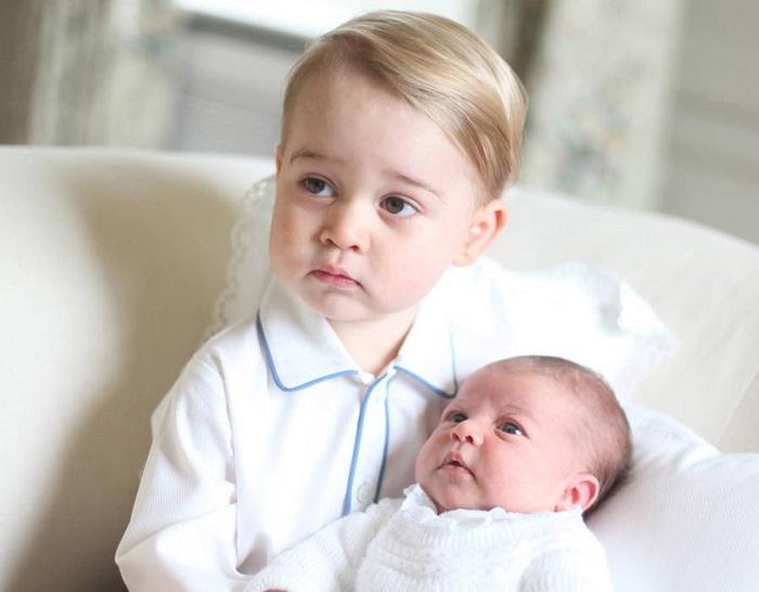 2 мая. Принц Луи на руках у старшего брата принца Джерджа
