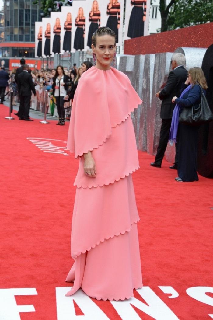 Сара Полсон предстала в розовом платье в пол Valentino
