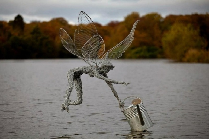 Робин Уайт продаёт свои скульптуры частным клиенатм