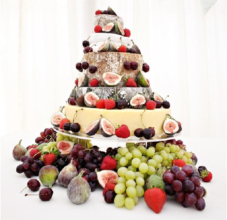 Декором к сыру служат фрукты и ягоды