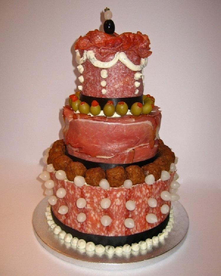 Колбасная нарезка украшает торт не хуже фруктов