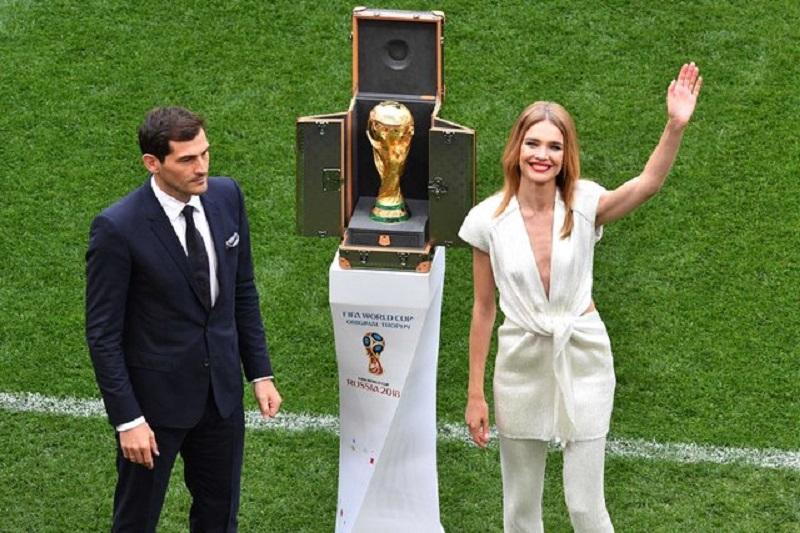 Виктория Лопырева и Икер Касильяс доставили главный мяч