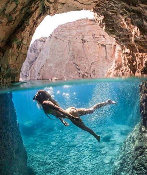 Красивая девушка красива и под водой