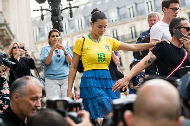 Адриана Лима гуляла по Парижу в футбольной форме