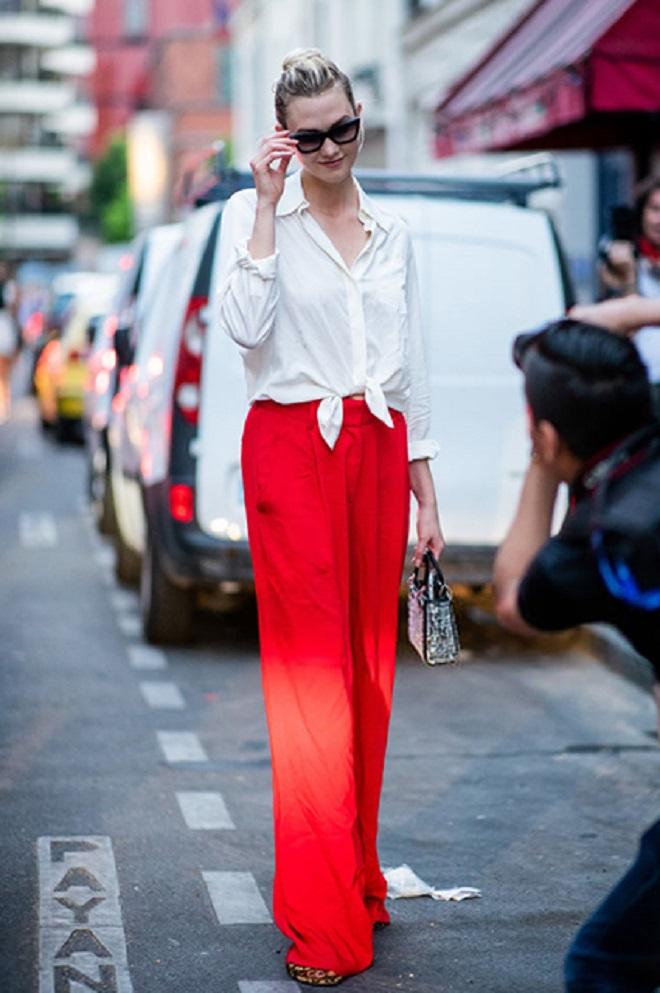 Карли Клосс отдала предпочтение белой блузе в сочетании с красными широкими брюками