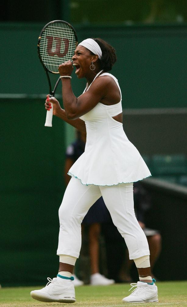 Серена Уильямс в белом на в штанах