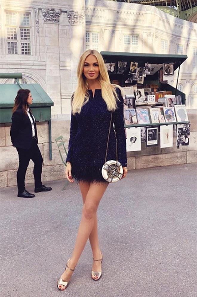 Виктория Лопырёва выбрала мини-платье