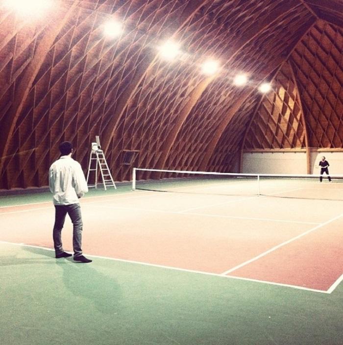 Теннисный корт в крытом помещении