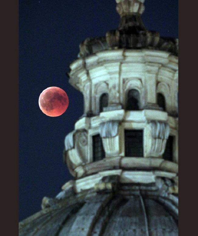 Луна видна над церковью Сан-Джузеппе Фалегнам во время полного лунного затмения в Риме