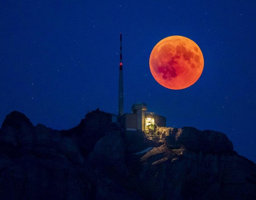 """""""Кровавая Луна"""" поднимается позади Саентиса в Швейцарии"""