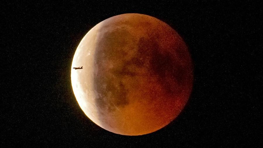 Лунное затмение 2018: фото 27 июля
