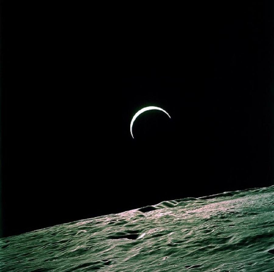 Еще один восход Земли, в этот раз над так называемой темной стороной Луны. Фото сделано с Апполона-16.