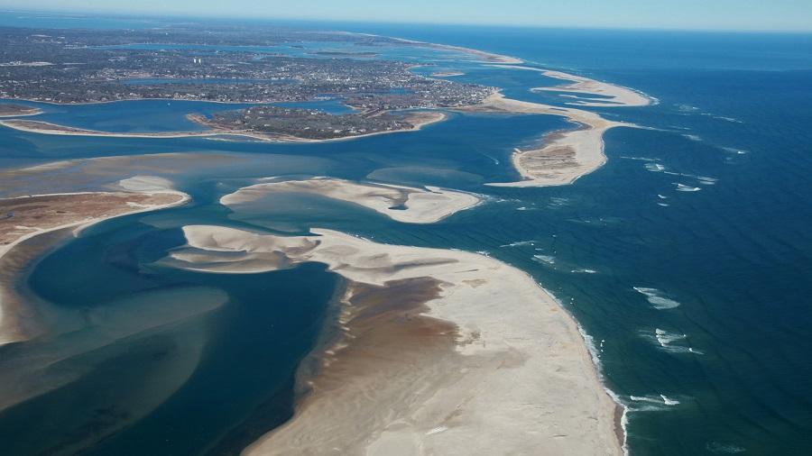 Мировые пляжи На этом снимке мы видим изображение песчаных пляже. Это первые масштабные исследования с помощью спутниковых данных, которые показали, что за последние три десятилетия их количество значительно увеличилось, но в некоторых охраняемых морских районах уменьшились, потому что они разрушаются. Экосистема пляжей за эти годы изменилась. И человечеству необходимо приложить усилия, чтобы сохранить большую часть песчаных пляжей. Сердце Мадагаскара Этот снимок также был сделан членом экспедиции 56 Международной космической станции Рикки Арнольдом. Космическая станция 11 июля 2018 года как раз находилась над Мадагаскаром. Поэтому на фото мы видим изменяющийся ландшафт в центре острова и можем наблюдать за дренажем в море в устье Бетсибока, что произошло в результате уничтожения тропических лесов и прибрежных мангровых зарослей.